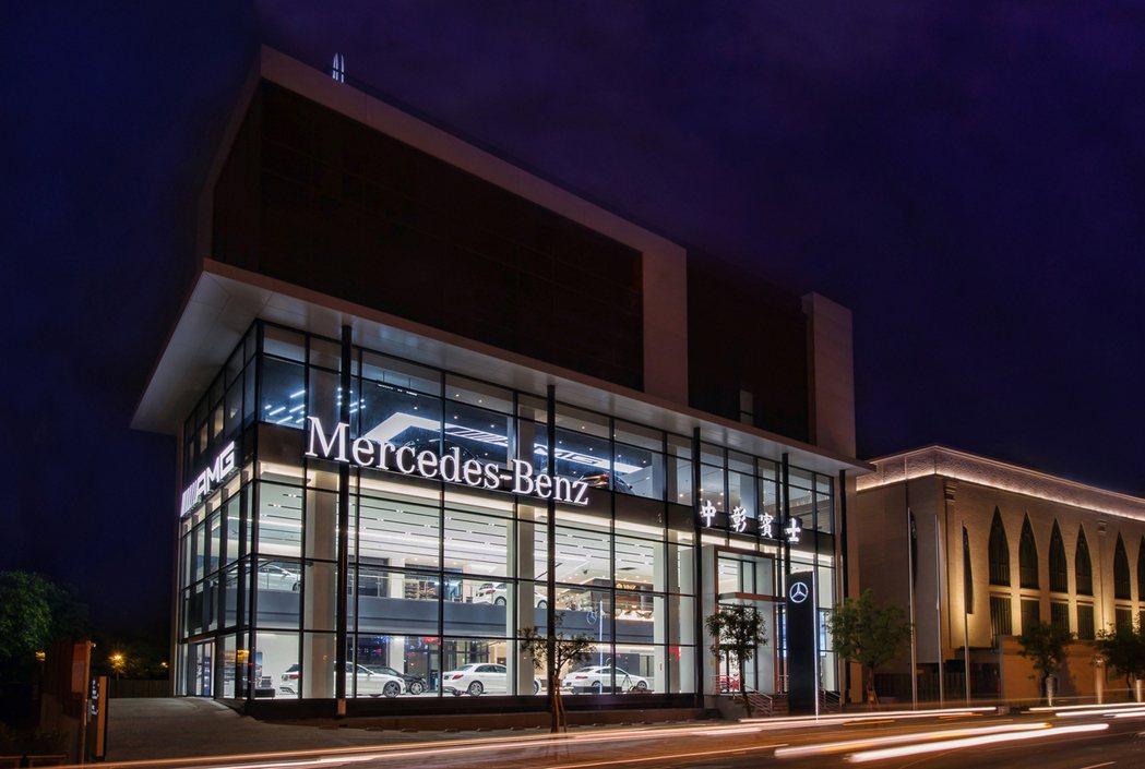中彰賓士台中AMG Performance Center,以大面積玻璃帷幕,呈現...