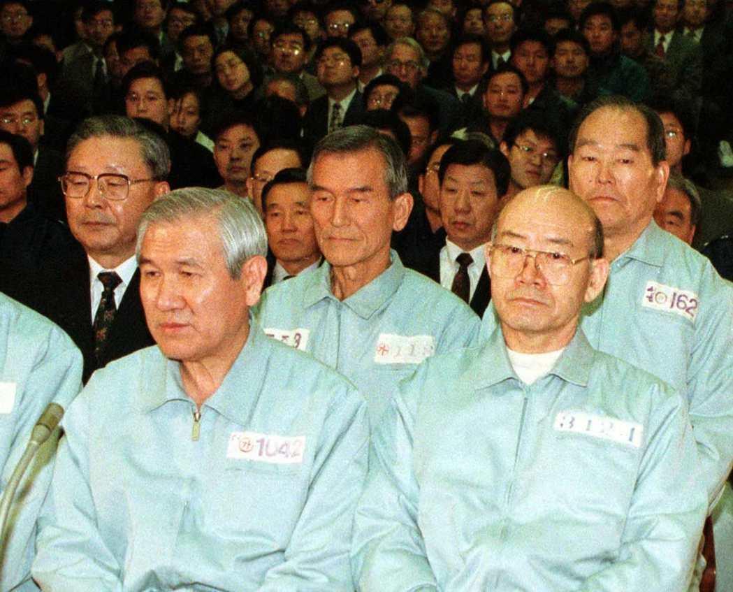 終於在1996年2月,全斗煥(右)及盧泰愚(左)等16名軍事政府集團成員遭到起訴。 圖/路透社