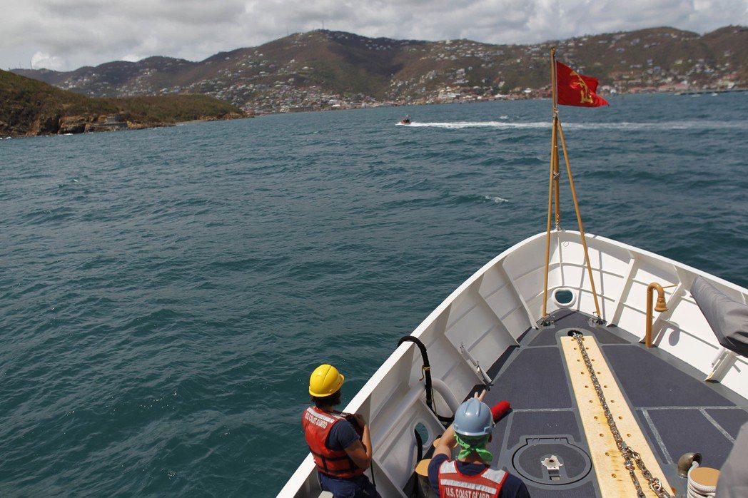 美國海岸防衛隊的船10日將救援物資送到美屬聖托馬斯島上,這時距萬豪酒店的救援船離...