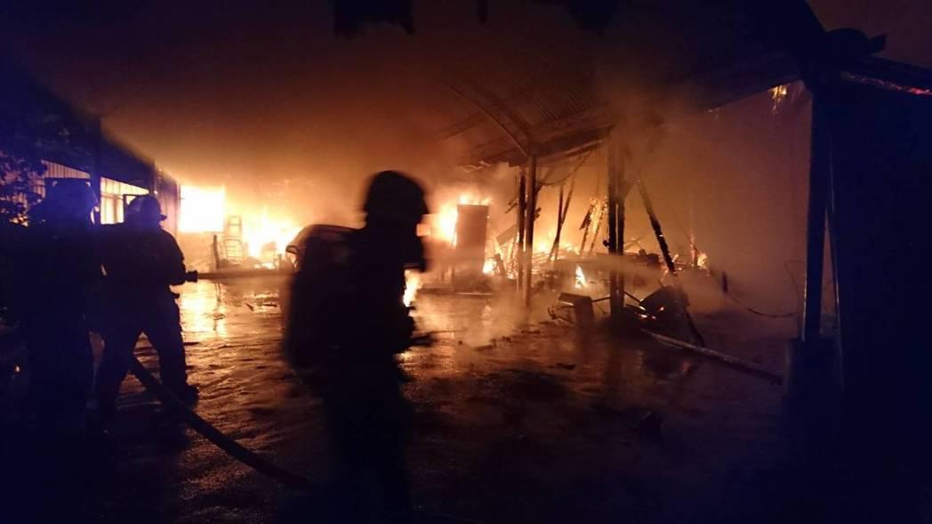 桃園市中壢深夜發生住宅火警一開始火勢猛烈。記者鄭國樑/翻攝