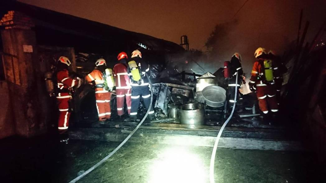 火勢撲滅後消防人員繼續清理火場確認無人受傷。記者鄭國樑/翻攝