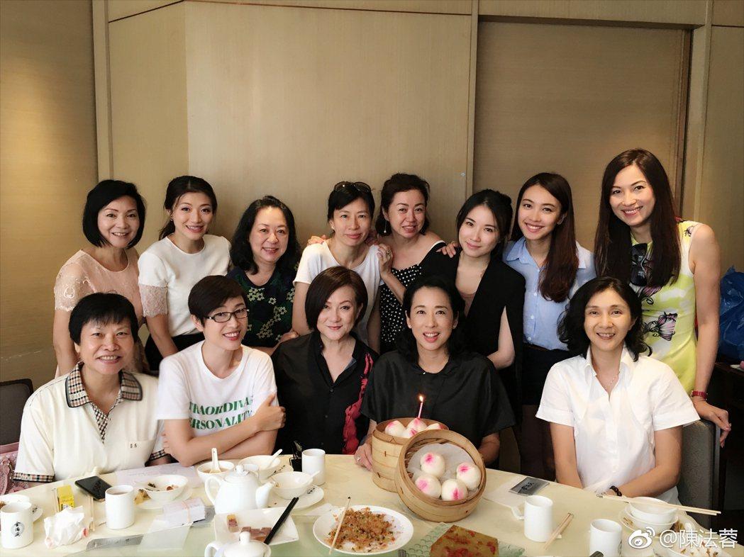 朱玲玲(前排右二)歡度59歲生日,陳法蓉(前排左二)等昔日港姐都來慶賀。圖/摘自...