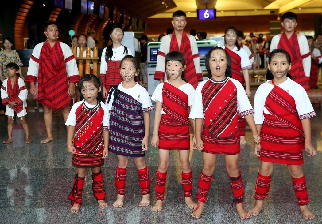 賽德克巴蘭社青年舞團日前曾赴桃園機場快閃演出,讓中外旅客欣賞原住民傳統文化。聯合...