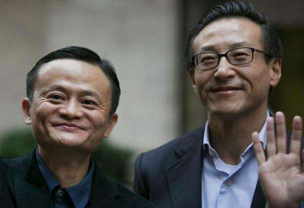 阿里巴巴董事局主席馬雲(左)和副主席蔡崇信(右)。(視覺中國照片)