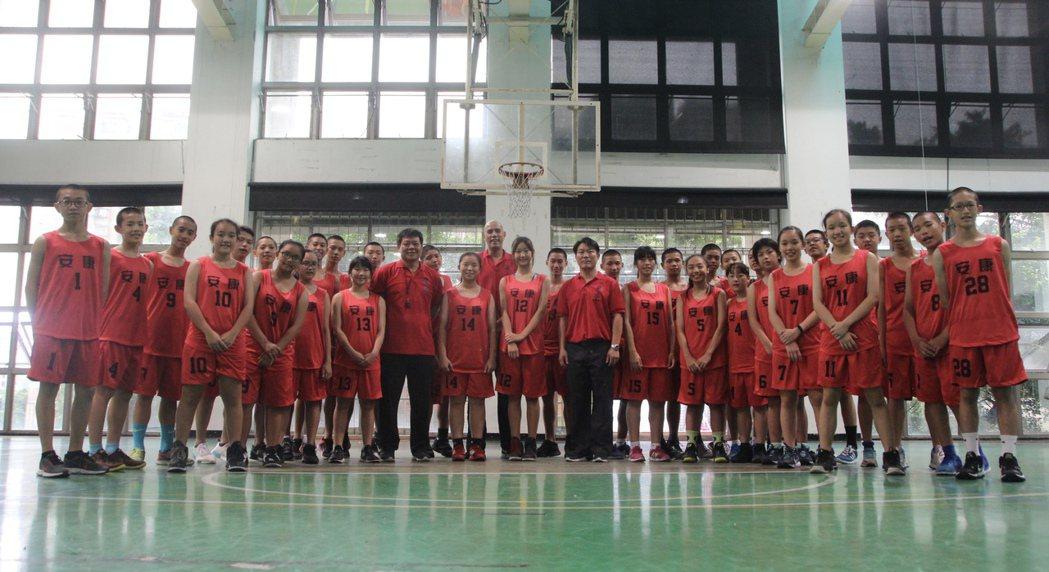新北市安康高中國中部男子及女子籃球體育班現有35名學生。總教練林建平是前中華隊國...