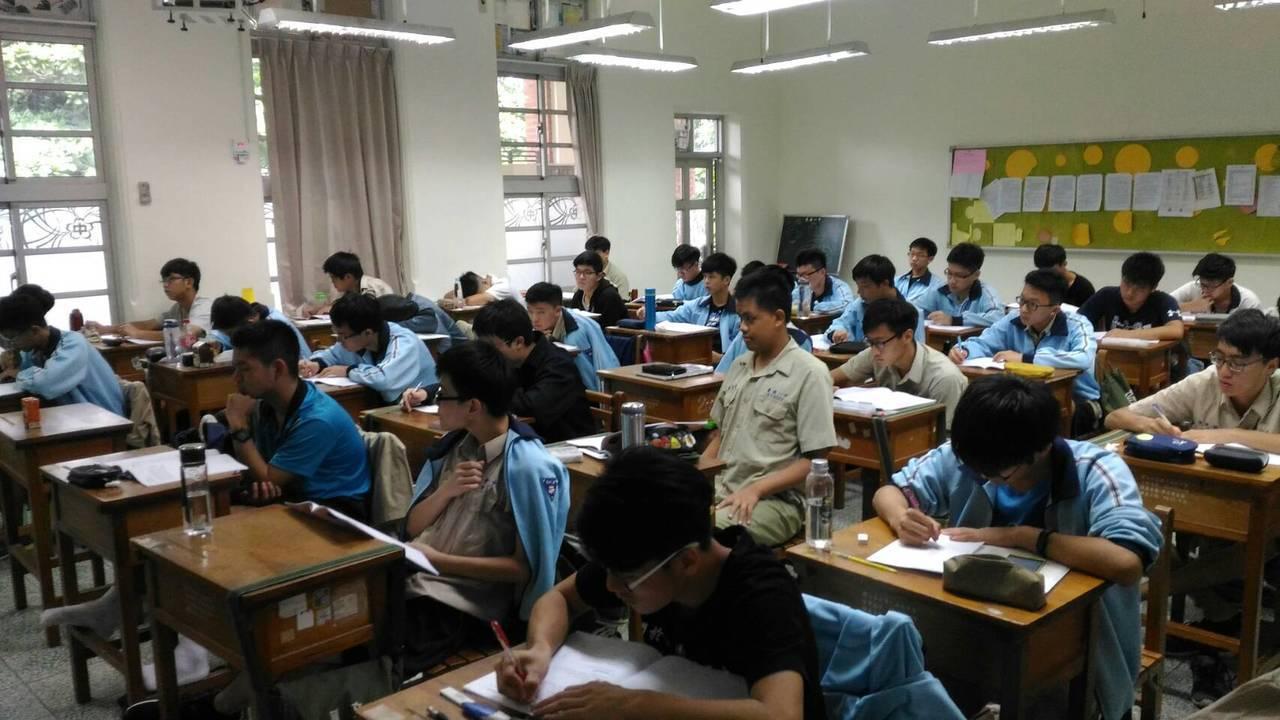 台南一中校務會議通過,明年新生班級人數減2人為38人,以因應少子化。記者鄭惠仁/...