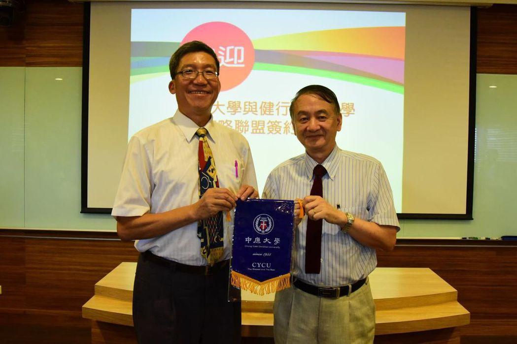健行科大校長李大偉(左)與中原大學校長張光正(右),代表兩校簽訂策略聯盟合約。圖...