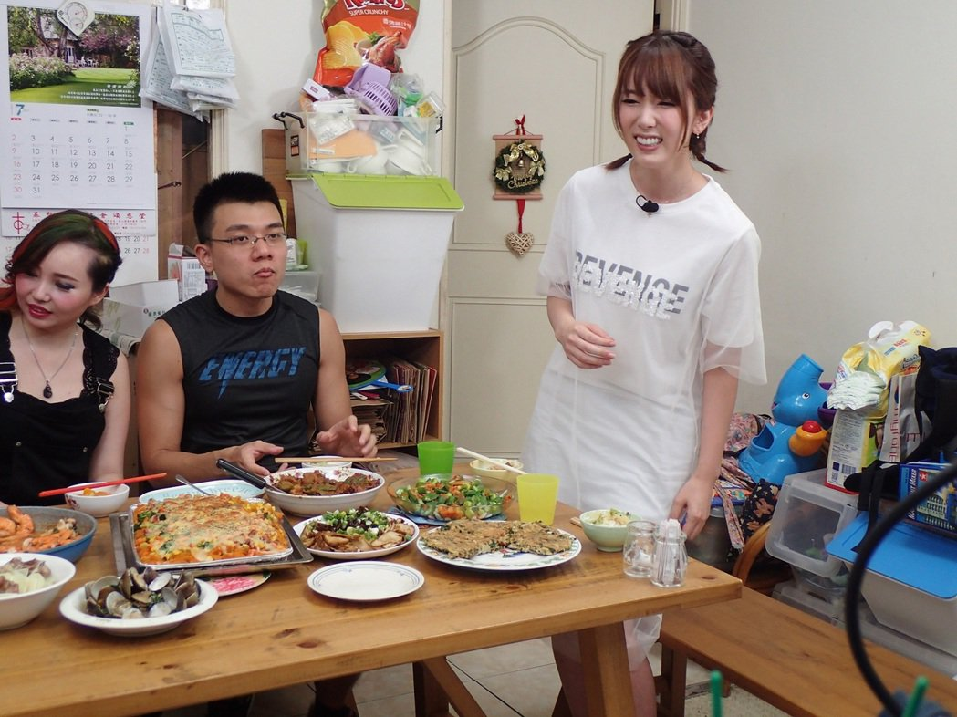 波多野結衣上公視「誰來晚餐」。圖/公視提供