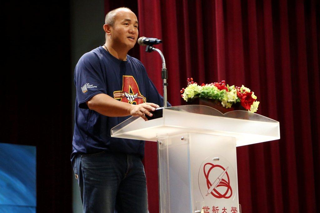 世新大學今年在新生始業式邀請中職前球員張泰山分享。圖/世新大學提供