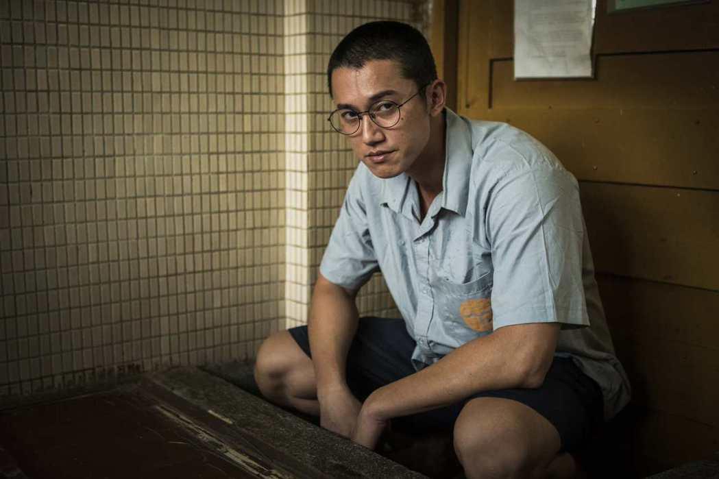 吳慷仁為「麻醉風暴2」進入監獄拍攝。圖/公視提供