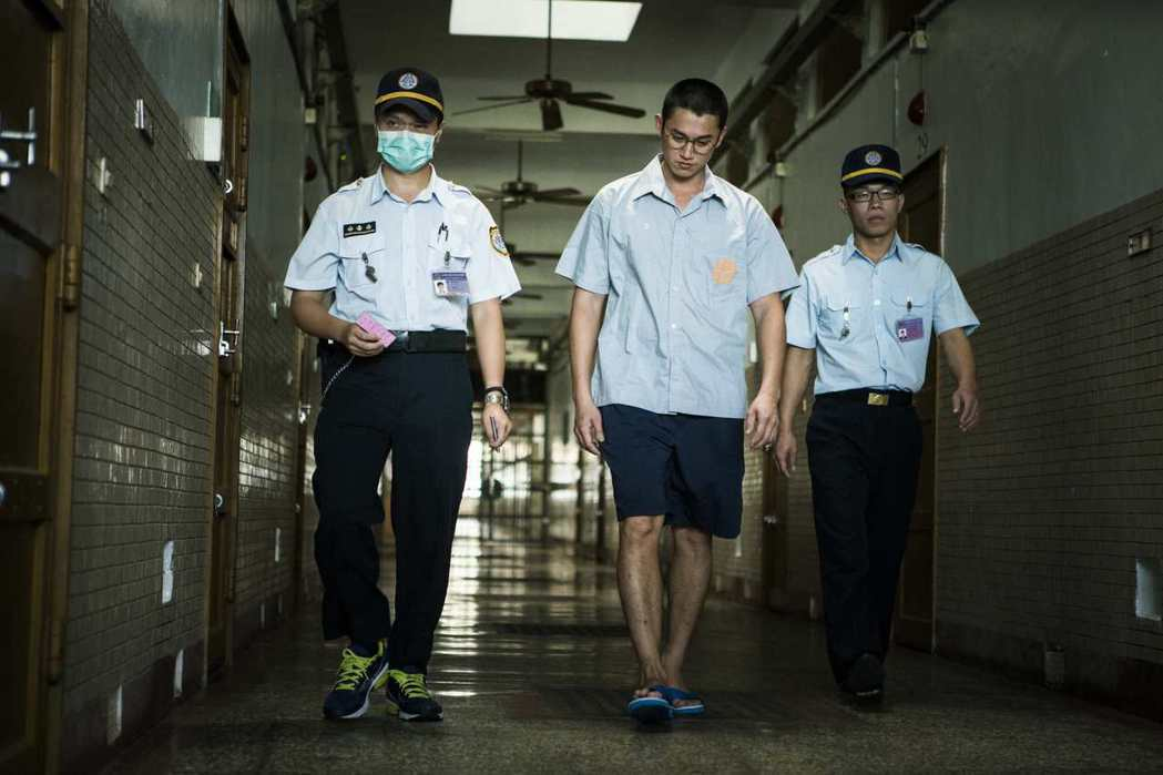 吳慷仁(中)為「麻醉風暴2」進入監獄拍攝。圖/公視提供