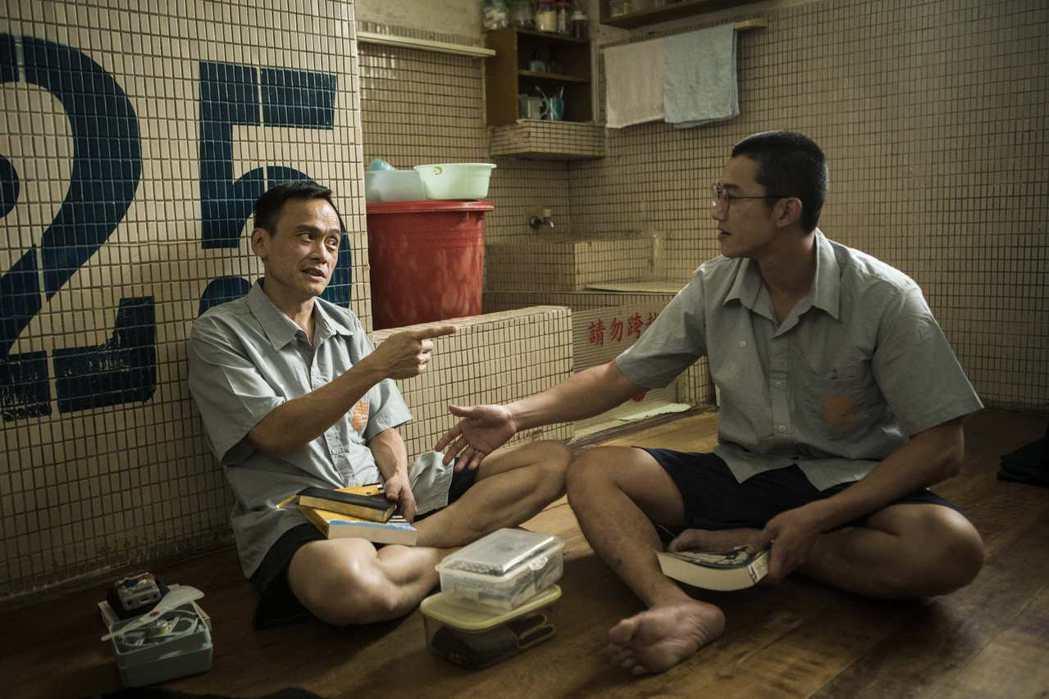 吳慷仁(右)與陳以文進到真正的監獄拍攝「麻醉風暴2」。圖/公視提供