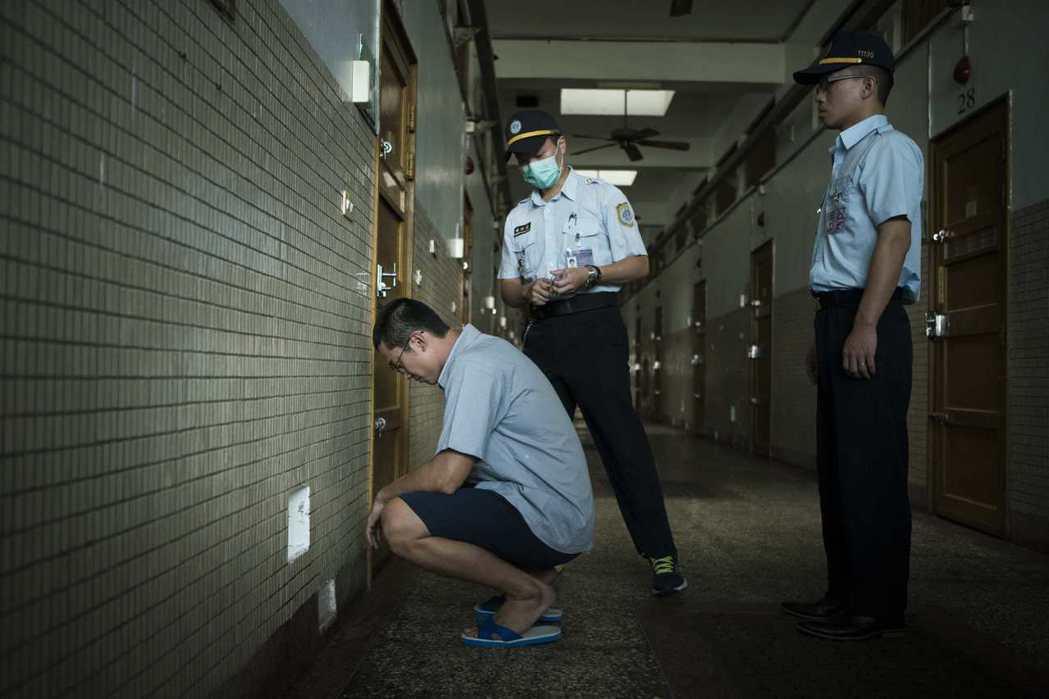 吳慷仁(左)為「麻醉風暴2」進入監獄拍攝。圖/公視提供