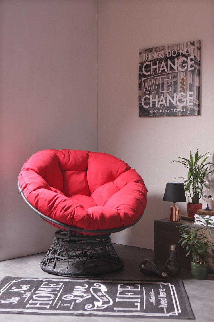 舒適旋轉式星球椅,原價4,990元,特價3,490元。 圖/生活工場提供