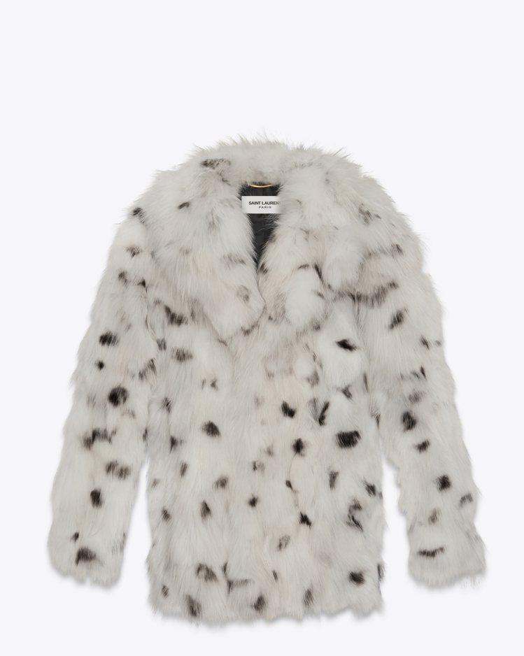 全台限量一件的白色狐狸毛皮草外套。圖/Saint Laurent提供