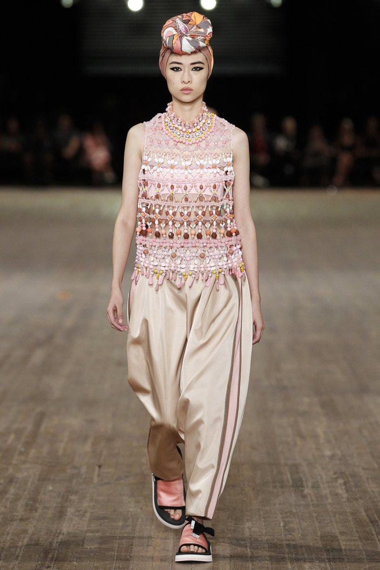 模特兒造型靈感來自於超模凱特摩絲2009年出席Met Gala時的纏頭巾。圖/M...