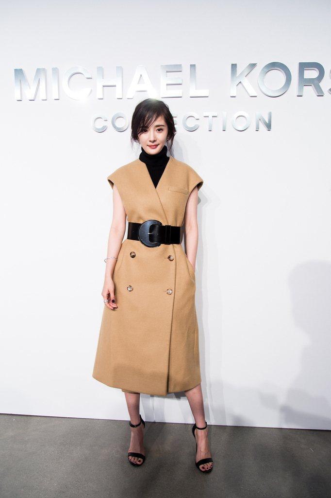 楊冪穿Collection系列2017秋季駝色麥爾登呢短袖束腰外套裙。圖/MIC...