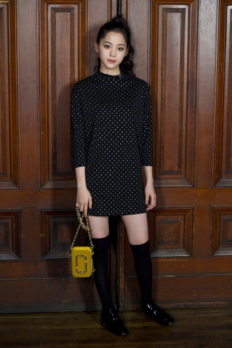 歐陽娜娜以俏麗的點點裙出席Marc Jacobs時裝秀。圖/Marc Jacob...