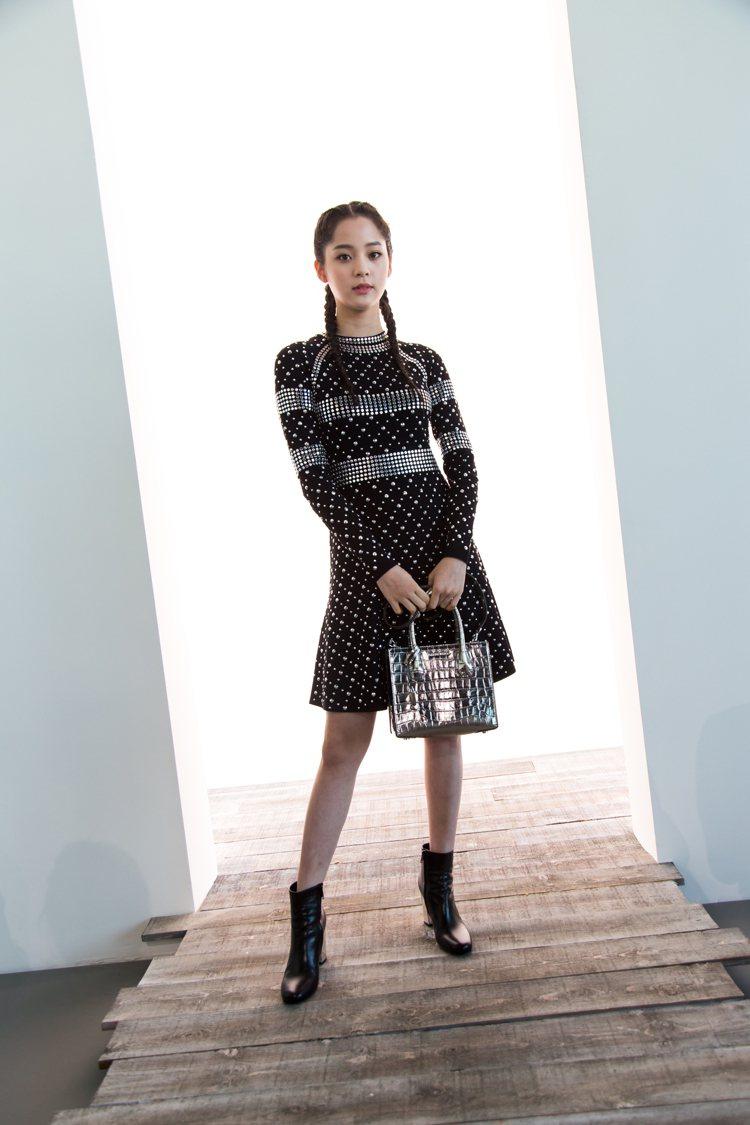 歐陽娜娜以MMK 2017秋冬鉚釘洋裝,搭配Mercer銀色壓紋方包出席。圖/M...