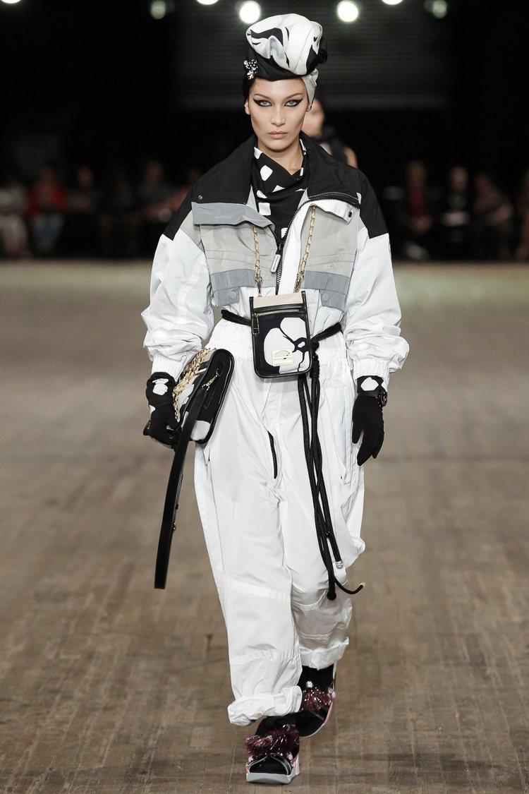 Bella Hadid展現Marc Jacobs的「某個地方」之迷幻風格。圖/M...
