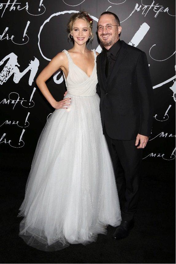 珍妮佛勞倫斯與導演男友戴倫艾隆諾夫斯基在首映會上終於大方合照。(美聯社)