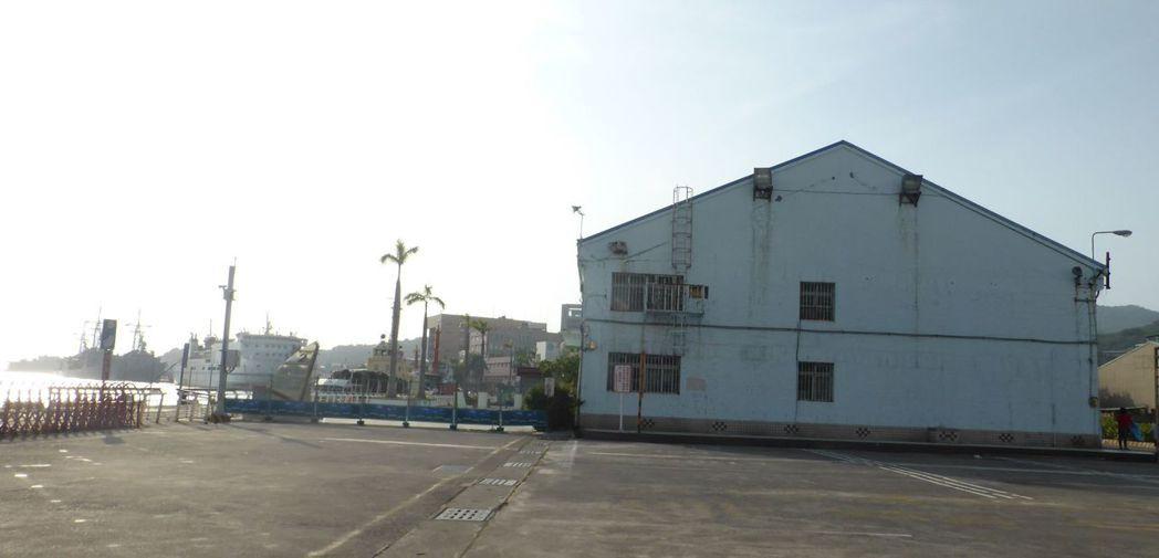 高雄港漁人碼頭旁的棧庫(海景第一排)要拆了,漁人碼頭和沿港邊900坪地要招商朝休...