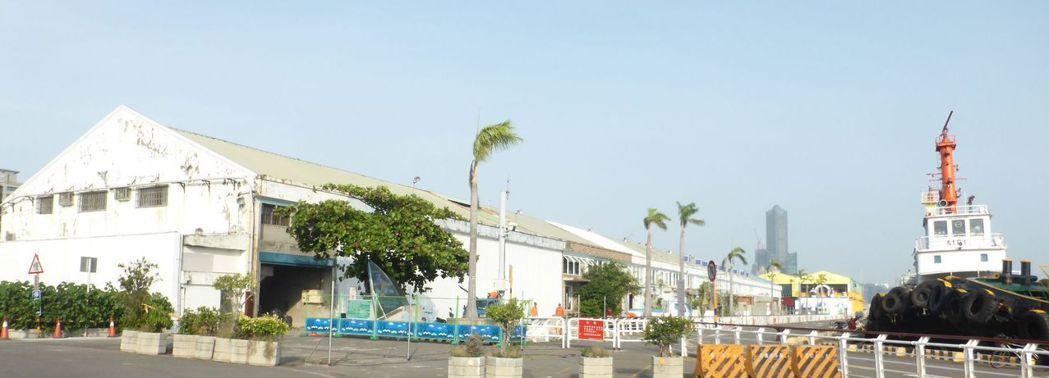高雄港漁人碼頭旁的棧庫(左)被台灣港務公司員工喻為「海景第一排」,現在要拆除,基...