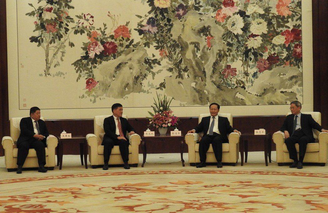大陸國台辦主任張志軍(右)晚間與國民黨副主席郝龍斌(左二)在廣西南寧見面。全國台...
