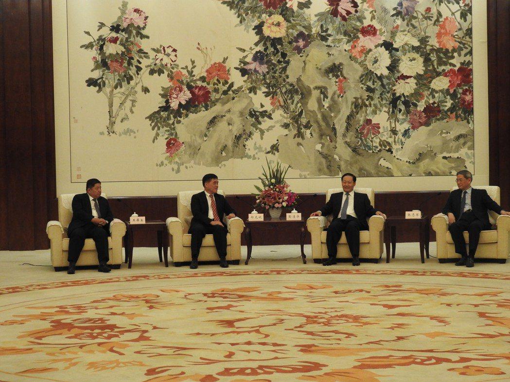 大陸國台辦主任張志軍(右)晚間與國民黨副主席郝龍斌(左二)在廣西南寧見面。左一為...