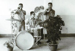 向陽(右一)高中時參加軍樂隊,吹小喇叭。 ◎向陽/圖片提供
