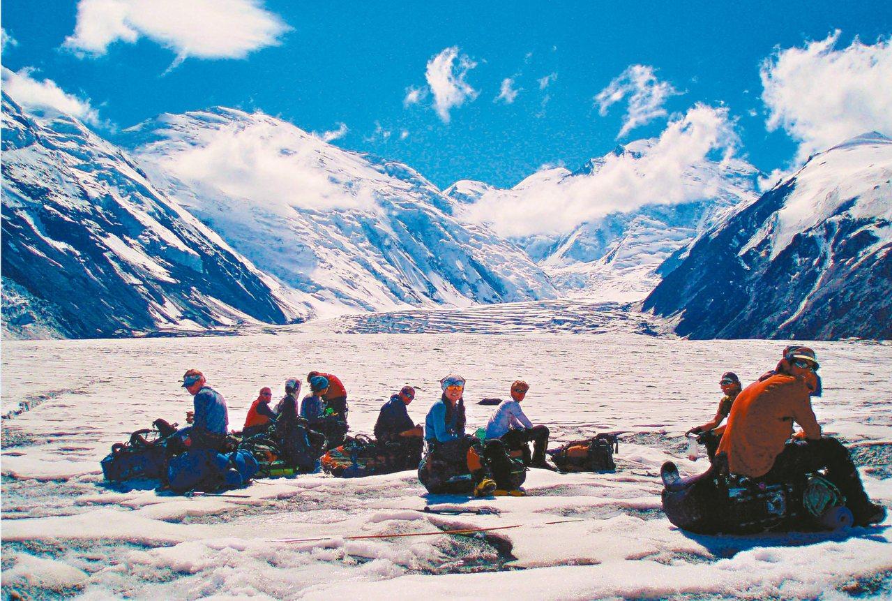 坐在重裝背包上的丹奈利峰攀登者。 Geno Carragee/攝影