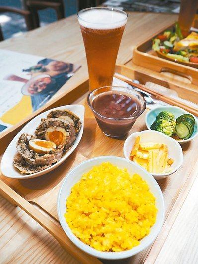 「陳千武文學套餐」以印尼薑黃飯表現陳千武的太平洋戰火經驗,金色如他的鮮明性格,主...