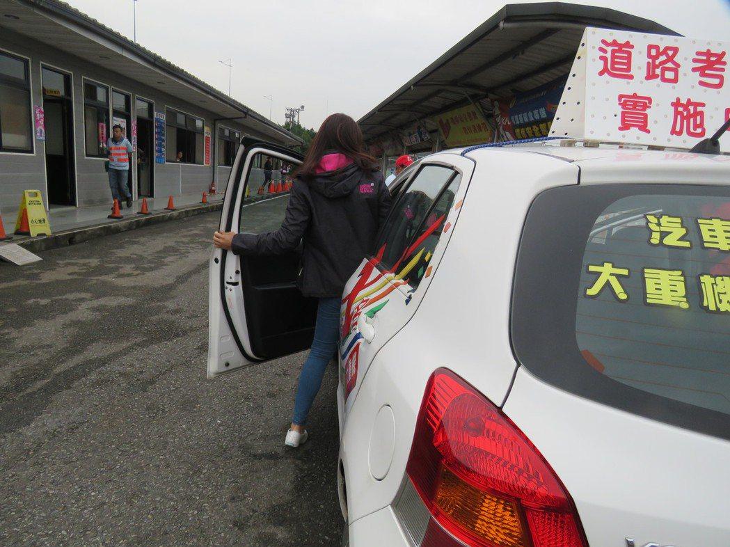 小型車駕照考照新制的道路考試要求考生要兩段式開門。記者雷光涵/攝影