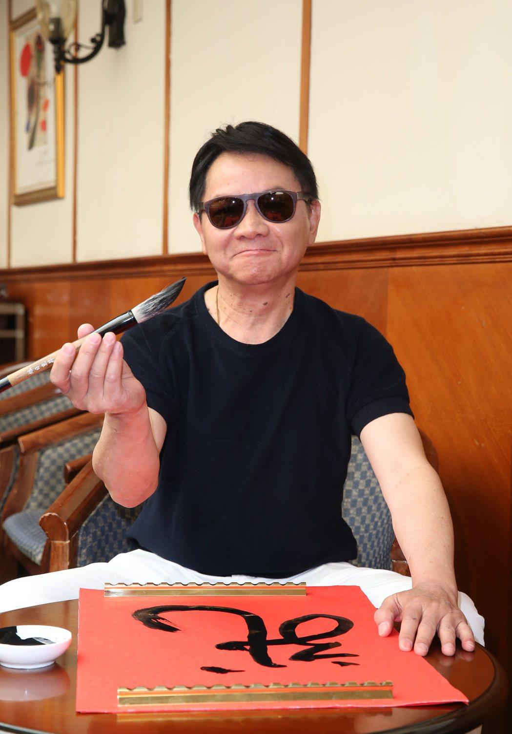寶島歌王葉啟田下午舉行演唱會加場記者會,並當場揮毫「一條活龍」,澄清罹患失智症危