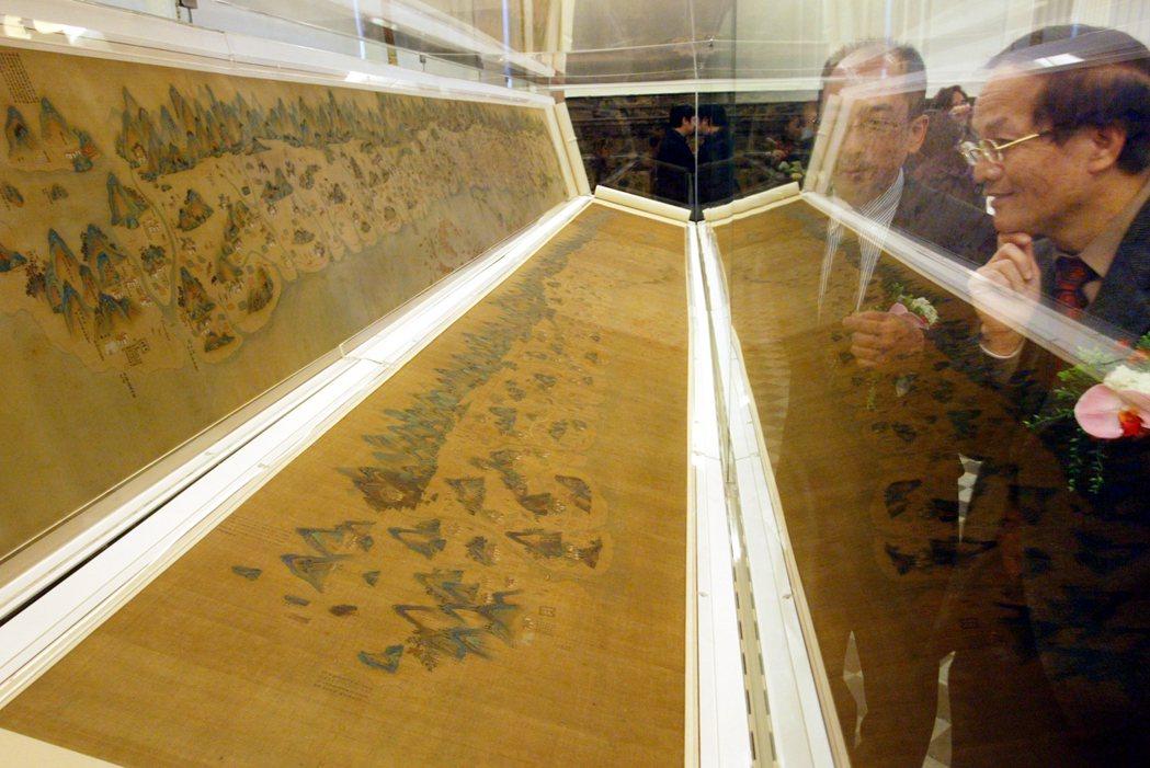 現存台灣地圖當中最早的山水畫式彩繪地圖「康熙臺灣輿圖」修復展出。 圖/本報資料照...