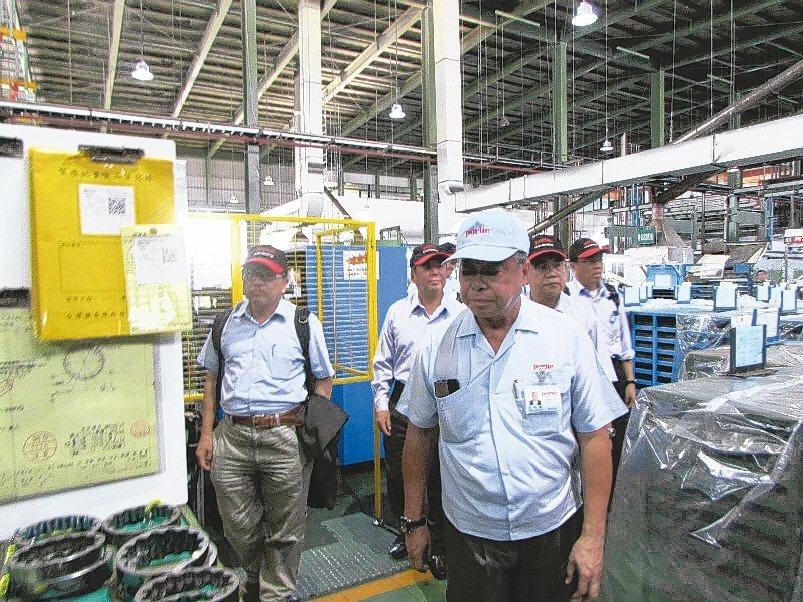 台灣SOFC產業聯盟廠商在會後參觀保來得工廠,由總經理朱秋龍(前排)引導介紹。