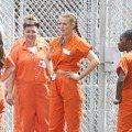 布蕾克萊佛莉入獄了 變身俗味女犯人尬籃球