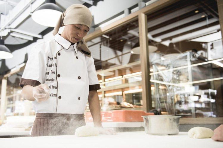 詹朴為吳寶春麵包店設計廚師服,強調耐洗、方便活動的機能性。攝影/高啟舜 圖/AP...