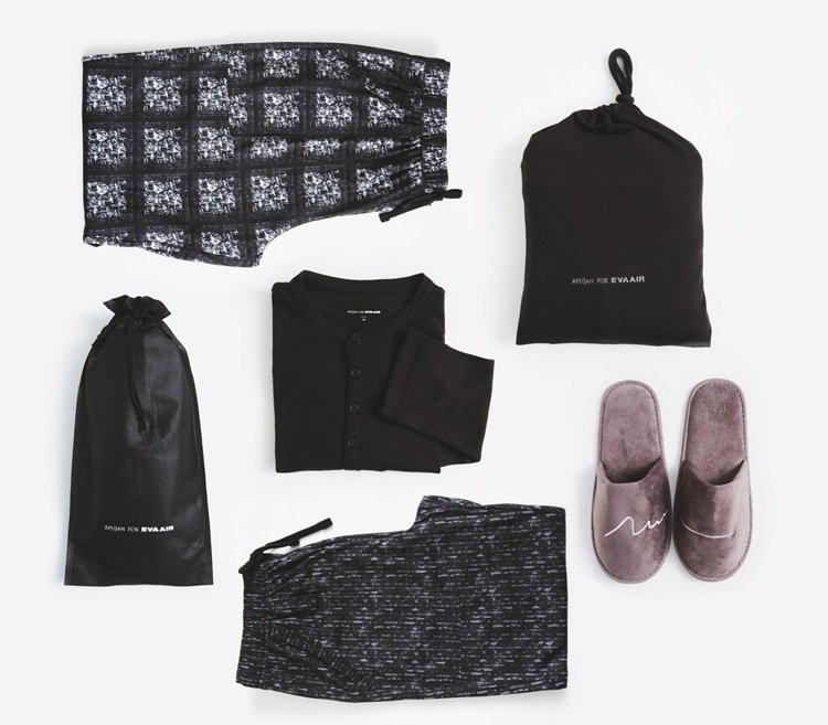 APUJAN打造的長榮航空專屬機上服,拖鞋也刺上品牌LOGO之一的刺繡元素,貫穿...