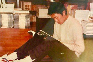 周星馳的電影作品總是讓大家印象深刻、一再回味,最近有網友在就發出給張星爺的舊照,可以見到他在書店內看書,展現文青的一面。日前有網友在微博上分享周星馳的舊照,並透露「訪問過周星馳幾次,某次他為女作家張...