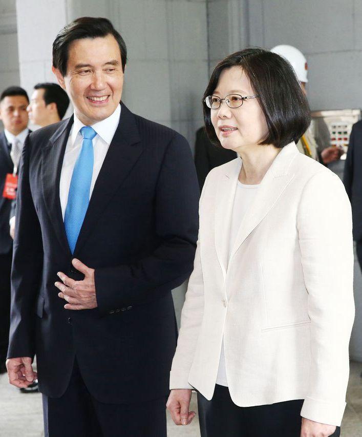 原來馬英九(左)與蔡英文為台大法律系學長學妹,圖為中華民國第十四任總統副總統就職...