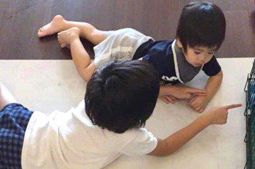 林志穎的大兒子Kimi今(15)日8歲了!他在微博寫下對兒子的成長感言,直讚Kimi長大了很多,不僅是個會陪弟弟們玩的哥哥,出國還會幫忙搬行李,甚至提及5歲時撞掉的門牙也長出來了。林志穎透露,Kim...