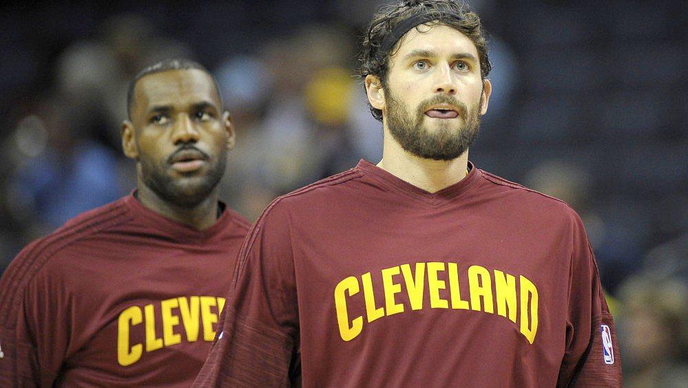 騎士詹姆斯(左)與勒夫,仍在東區具有稱霸的戰力。 NBA