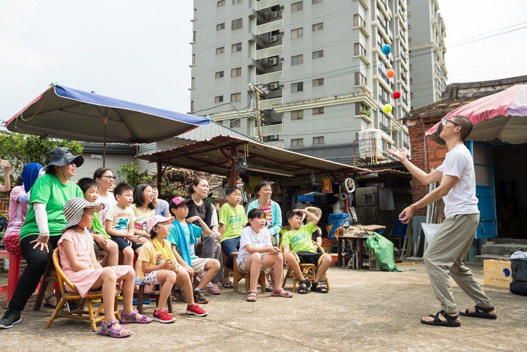 「藝術擴散」團隊穿梭在城市的各個角落。
