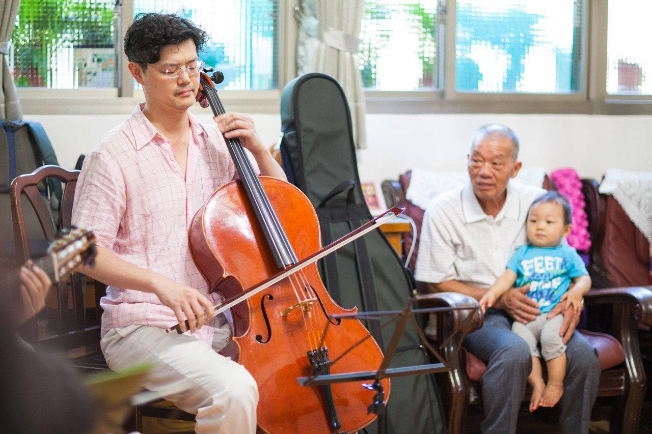 爺爺和孫子一塊在家享受劇場級的表演。