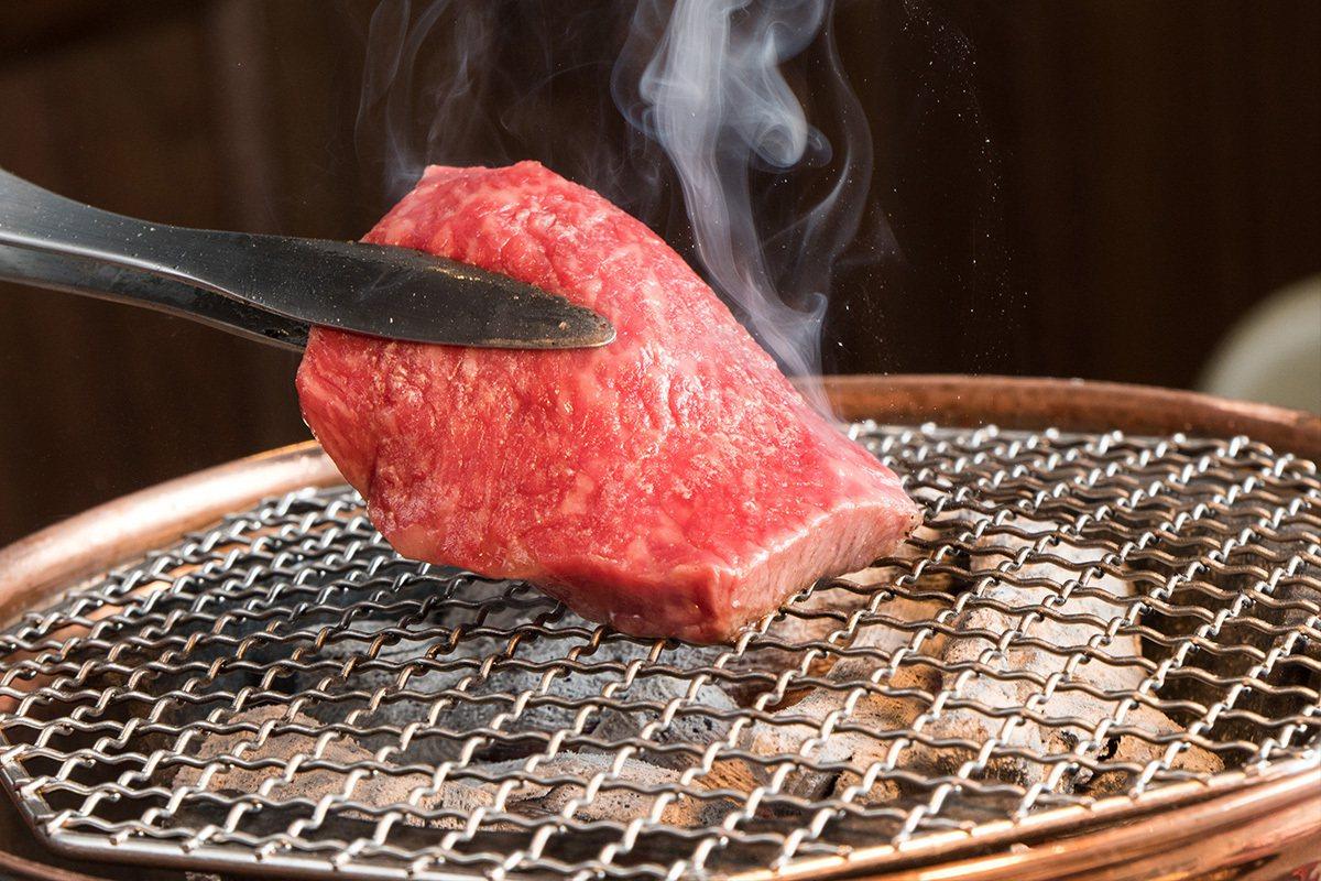 金亮烤爐是特地從日本訂製,裡面是香氣濃厚的備長炭。