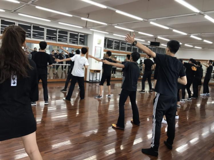 受到社群媒體蓬勃發展影響,許多懷抱星夢的高中職生選擇就讀表演藝術科,圖為泰北高中...