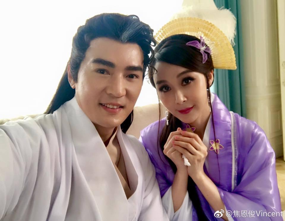 焦恩俊(左)、蕭薔(右)相隔18年再度秀出當年「小李飛刀」的造型。圖/摘自微博