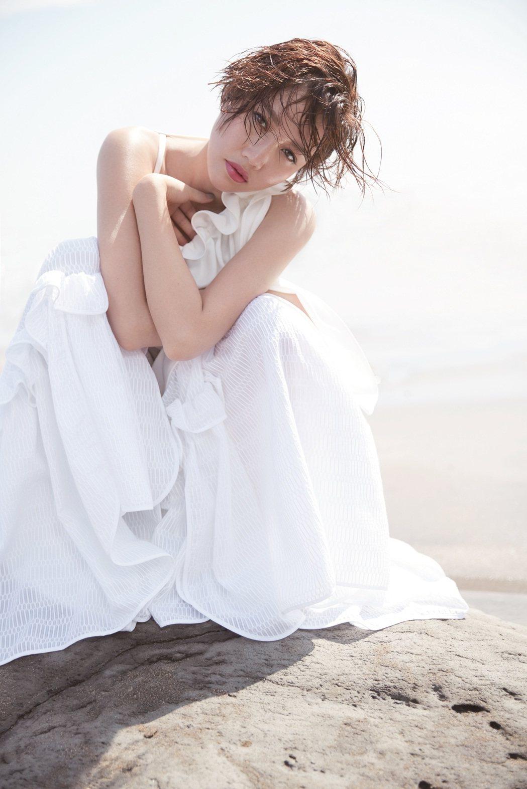 A-Lin到三芝海灣拍攝新專輯封面,立刻擺出「超模pose」。圖/索尼音樂提供