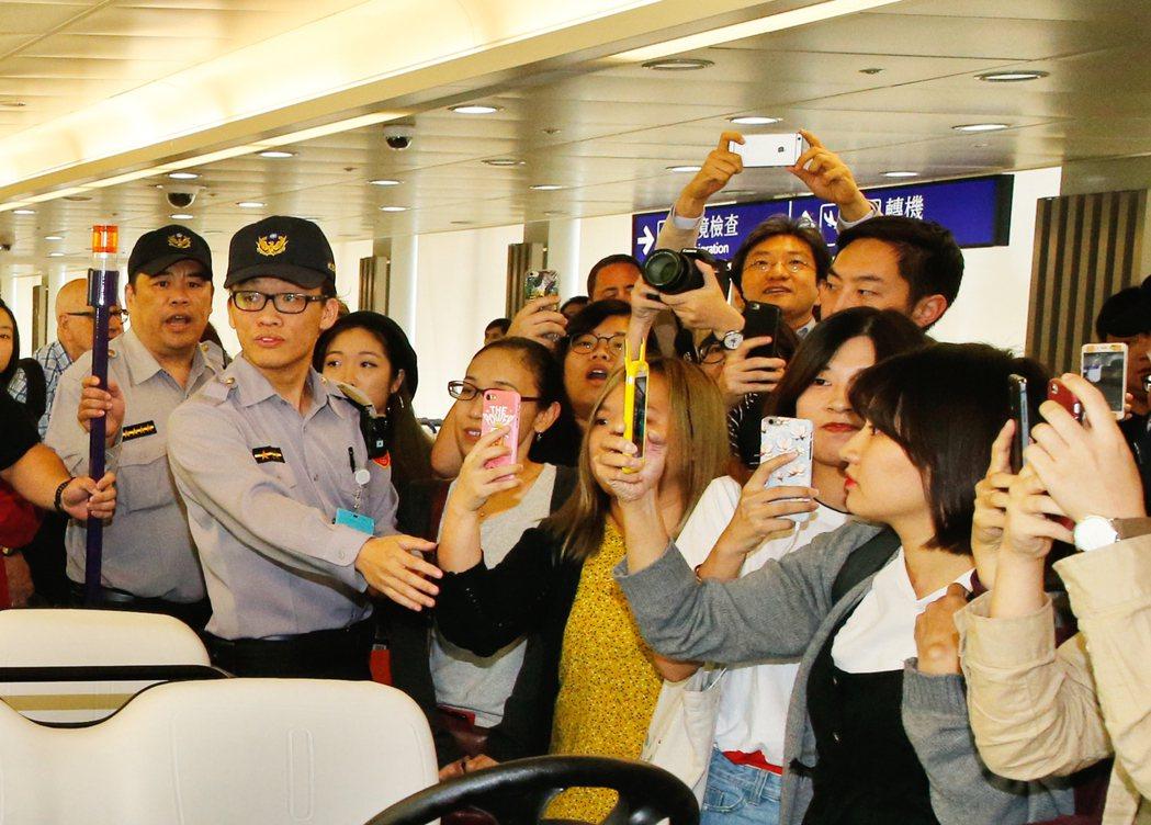 韓團Highlight以及韓星L(金明洙)中午搭乘KE-691班機抵達桃園機場,...